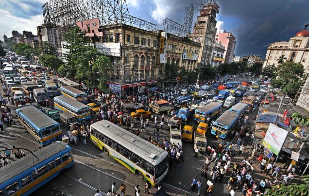 インド在住時、運転免許を取って後に日本の免許に切り替えようと思い、日本領事館に免許の切り替えについて相談したら、領事館職員から「あのね、日本には交通ルールと言う物がありましてね…」って言われた。今なら解る、インドに交通ルールは無い。 pic.twitter.com/HwMrs9tB62