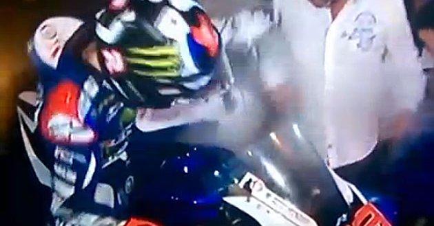 Karma Action? Lorenzo festeggia con la moto e si ustiona una gamba - VIDEO Divertente.