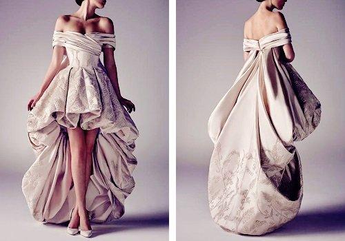 アシ・スタジオ(1980〜)による作品(2015年)。レバノンのファッションデザイナー。2007年にレーベルを立ち上げ、官能的で貴族的な作品を仕上げています。