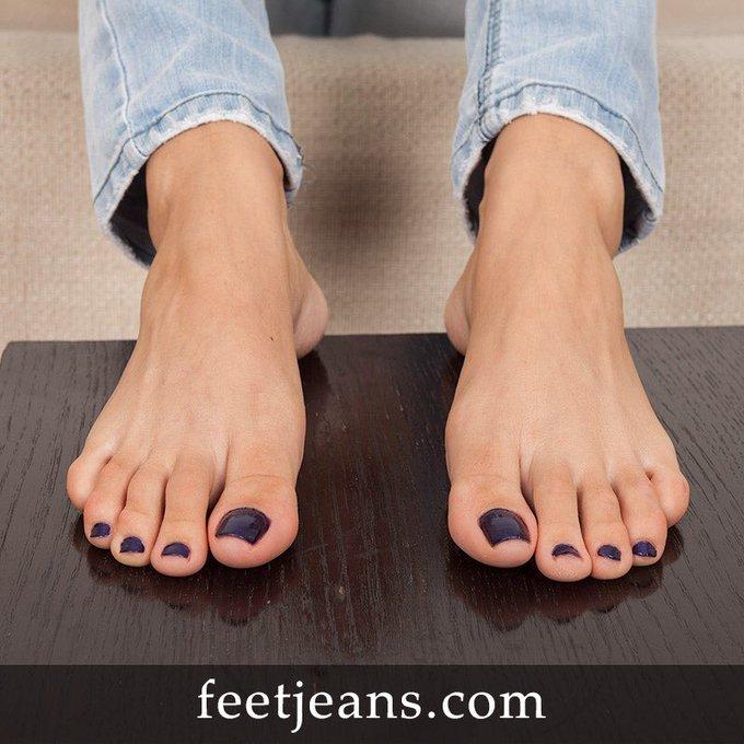 #feetjeans #footmodel #feetfetish #footfetish #feetlicking #footworship #soles #sexyfeet #pés #pantyhose