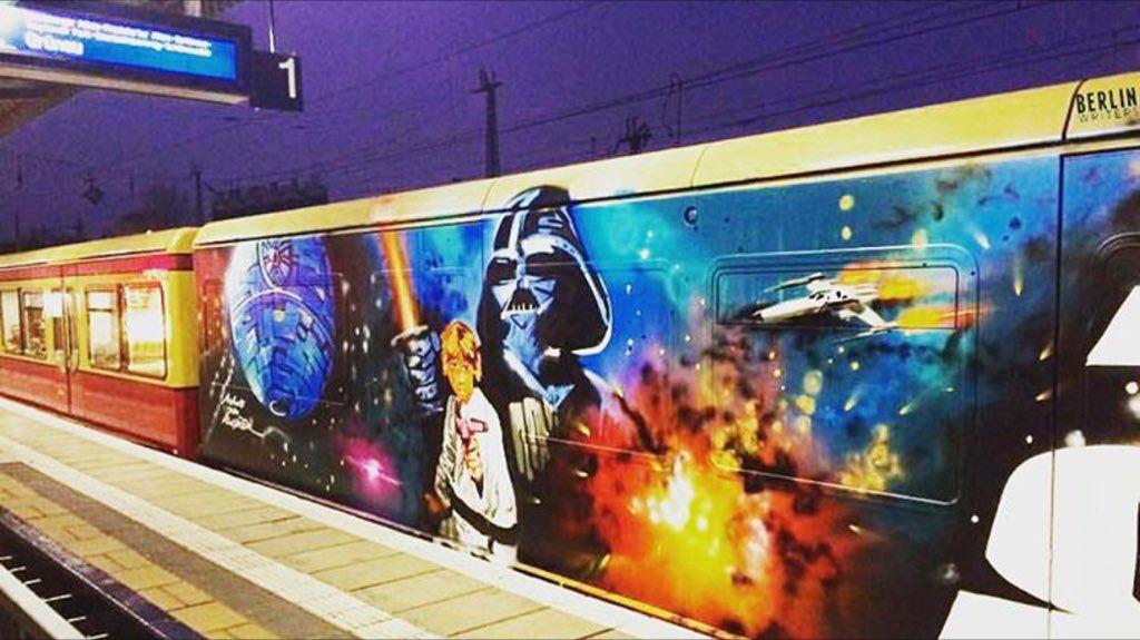 """Unbekannte haben einen Wagen der Berliner S-Bahn mit """"Krieg der Sterne""""-Motiven besprüht. https://t.co/FV7BiVJki8"""