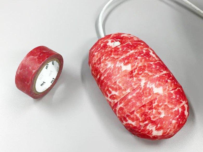 神戸で開催中のマスキングテープ博『mt expo』(11/16まで!)。会場限定テープ「神戸牛の肉」をマウスに貼るとハンバーグみたいになって満足です。みなさん何に貼るの? mt博詳細は→https://t.co/kM80iwTrTe https://t.co/McY4nkJS4B