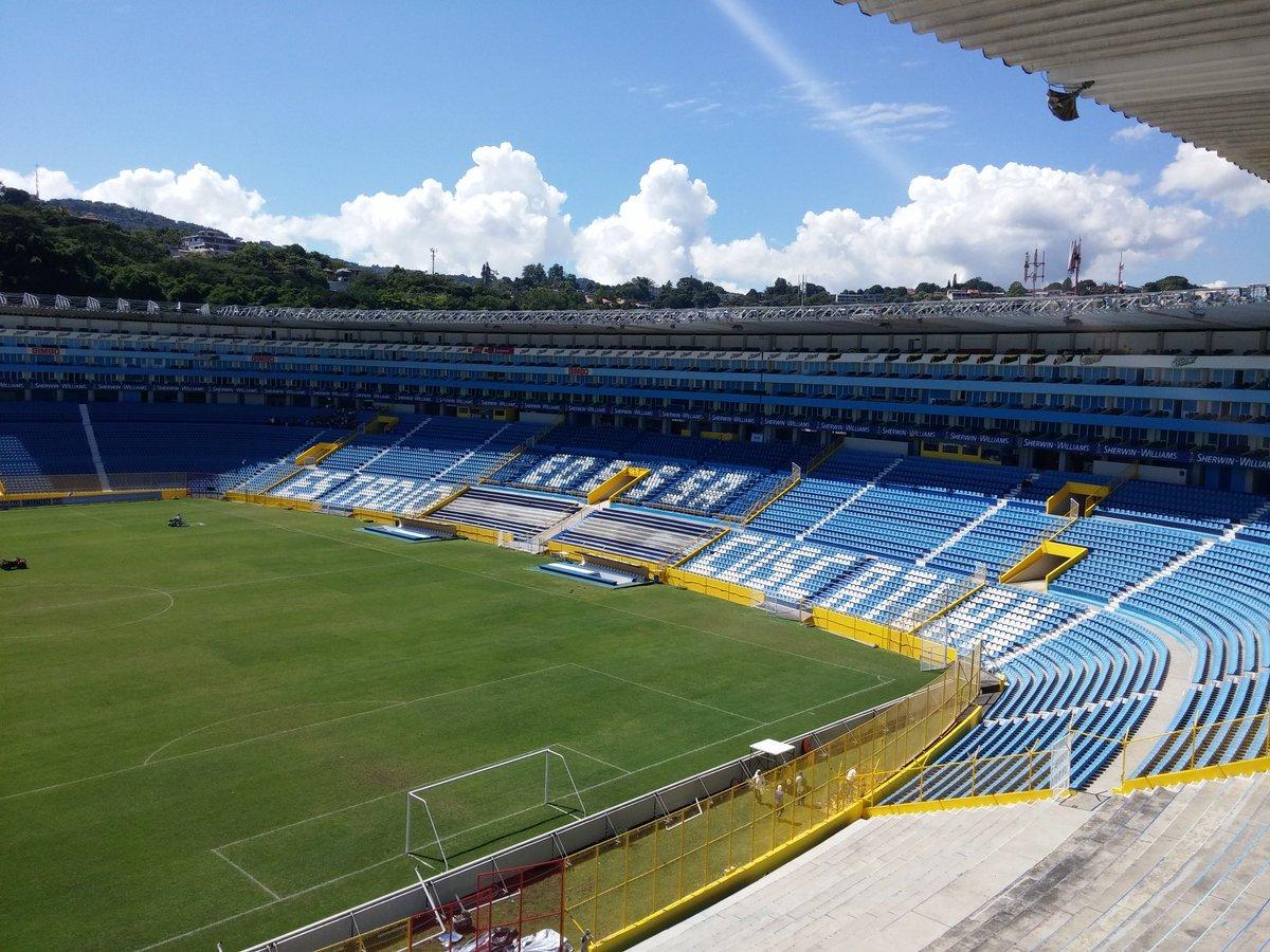 Estadio Cuscatlan es pintado de azul y blanco. CTuLz6mUsAAXCtj