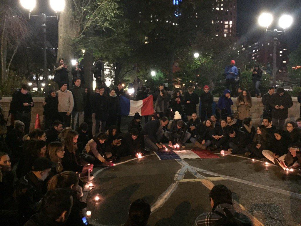 Rassemblement spontané à Union Square en hommage aux victimes des attaques de #Paris https://t.co/vq4IIjc3hi