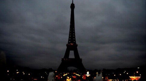 La Torre Eiffel spenta a lutto.