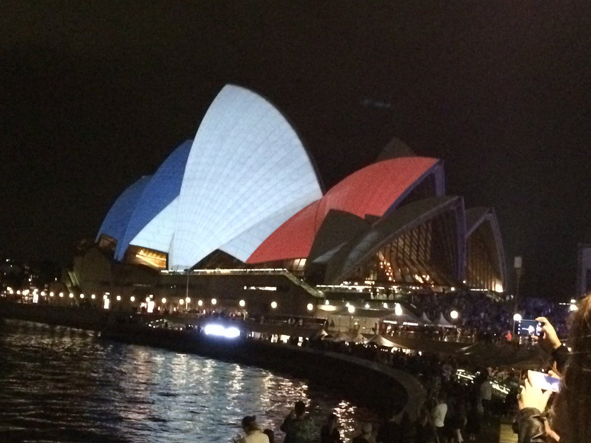 Amazing image of the Sydney Opera House tonight #NousSommesUnis https://t.co/pt8EowKcJT