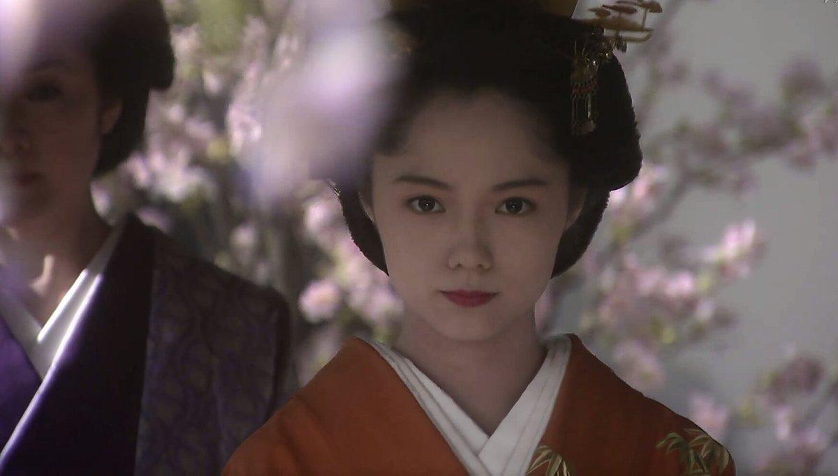 """jinko on Twitter: """"久し振りに宮崎あおいちゃんの篤姫 を観ている。美しい。着物と日本髪が良く似合う。初めての時代劇なのに武家のおなごとしての所作が素晴らしい。将軍家定を見つめる篤姫。 https://t.co/ohqdp4lai1"""""""