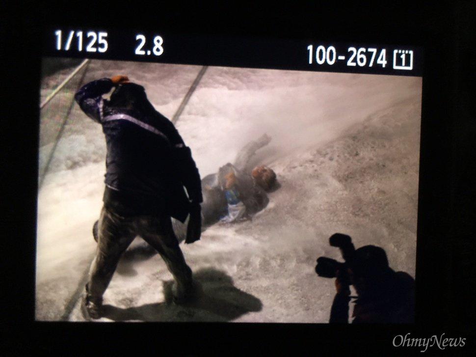 오후 7시, 차벽에 밧줄을 걸어 끌어당기던 시민이 물대포에 맞아 부상을 당했다. 그러나 경찰은 쓰러진 시민을 향해 계속해서 물대포를 쐈다. ⓒ 이희훈 기자 https://t.co/aVJ51muBxv