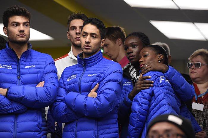 決して良い写真ではないけれど。エリックボンパール杯中止が決定して、フランスの選手は涙を流していました。 https://t.co/liKUZgB3n7