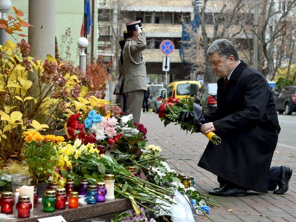 Люди несут цветы к французским представительствам по всему миру - Цензор.НЕТ 8199