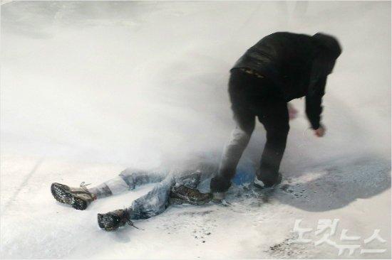 [영상] 경찰, 쓰러진 농민에 물대포 계속 발사...일흔살 농민 생명 위독 https://t.co/faHqbjqIou https://t.co/Y9pc6iBk1o