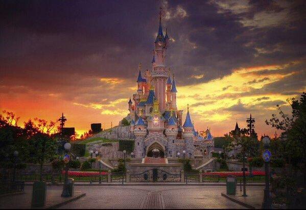 ディズニーランド・パリは本日、1992年の開園以来初めて休園。#Disneyland Paris is closed today, for the first time ever since the opening in 1992. https://t.co/W2YI5T41pJ