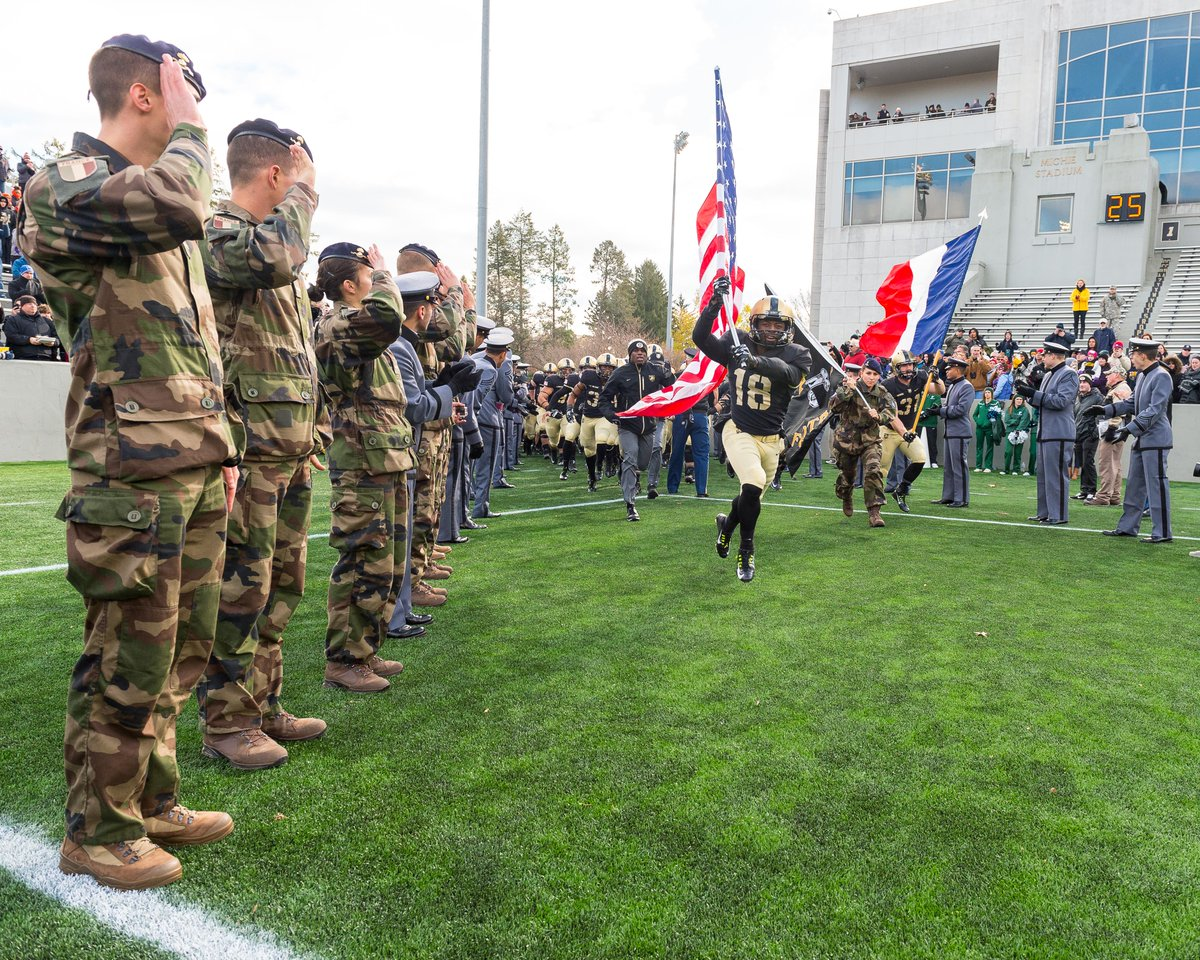 #USMA stands with the French people following the #ParisAttacks - liberté, égalité, fraternity. #DutyHonorCountry https://t.co/9bndzKU3VN