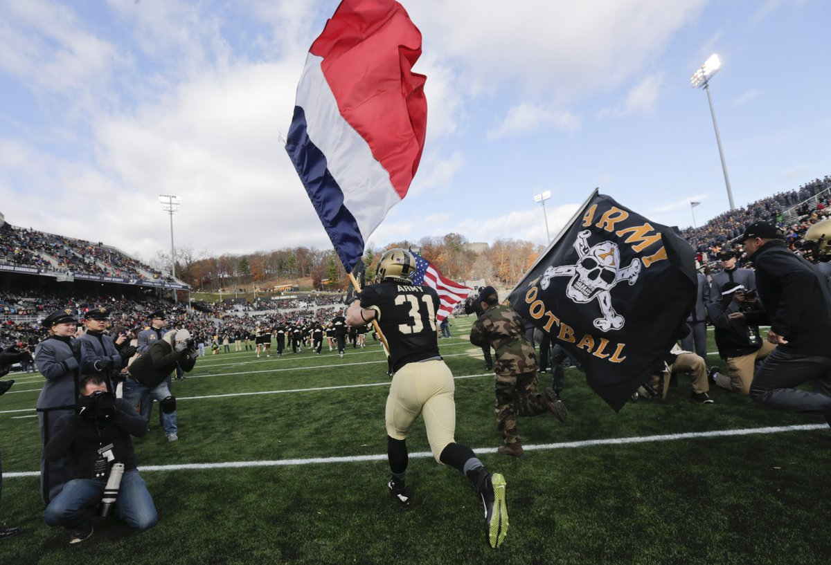 #Army football stands with #France. [Credit: Mike Groll/AP] https://t.co/udPKZiuhIk #ParisAttacks #FranceAttacks