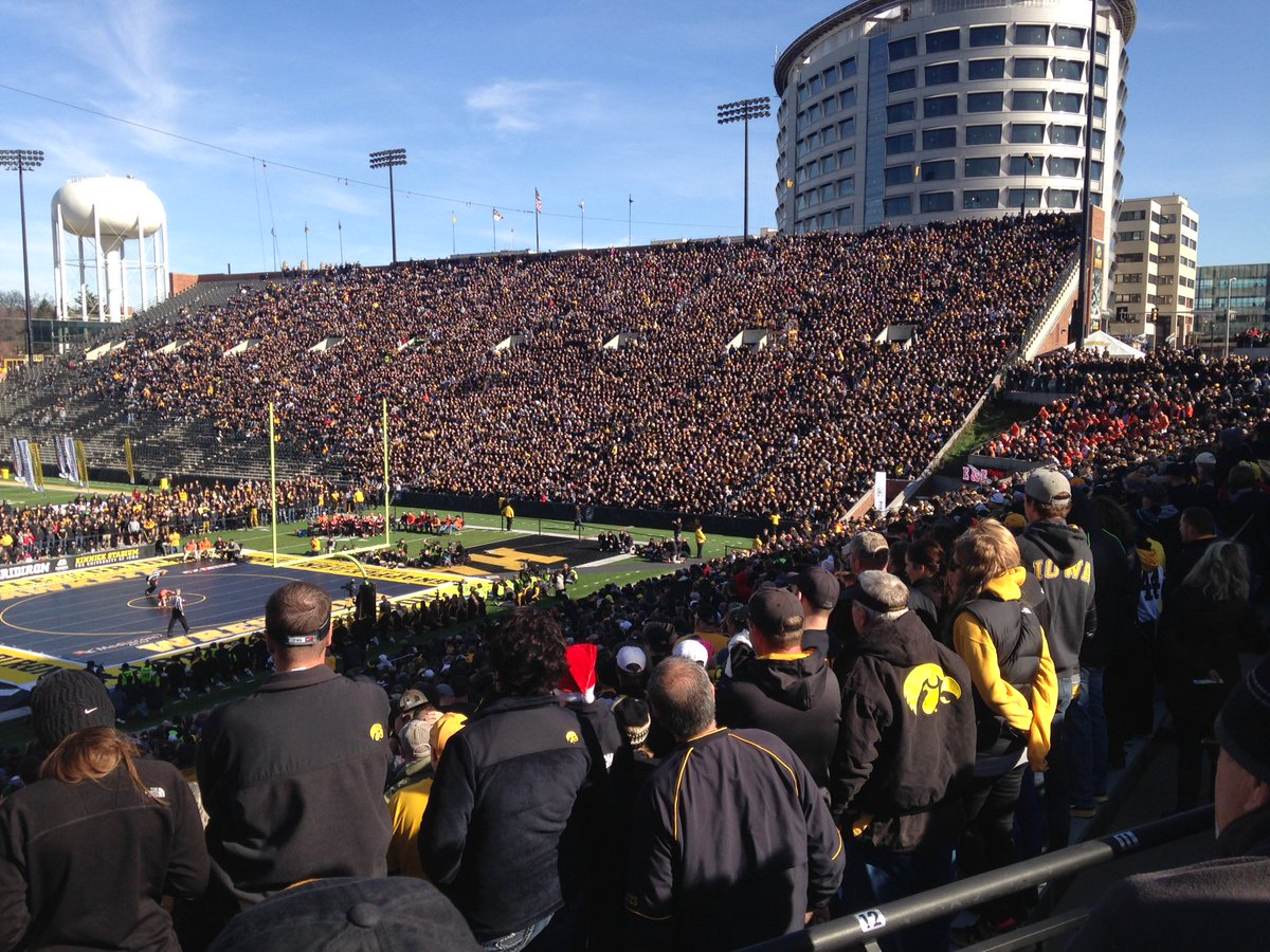 A record 42,287 fans took in the @Hawks_Wrestling match this morning. #GrappleOnTheGridiron https://t.co/mqYiuwRb8V