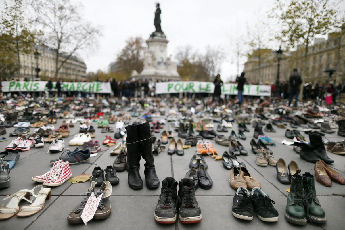 La protesta delle scarpe a Parigi.