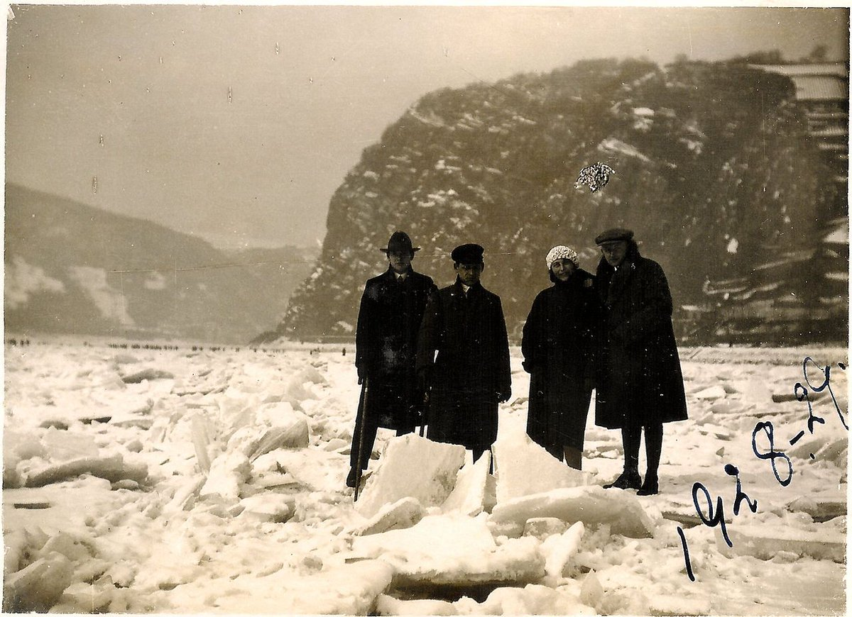 Amazing picture of people standing on the frozen Rhine at Lorelei, from the wiki page. https://t.co/7vWDfkj2kJ