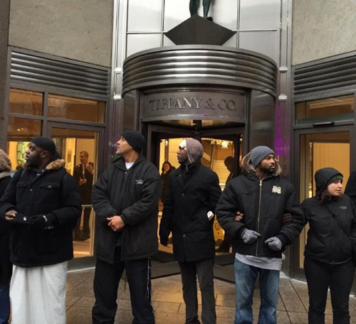 For over an hour Chicago's main downtown shopping hub (the Magnificent Mile) has been shutdown for #LaquanMcDonald! https://t.co/QMuhlqIXUq