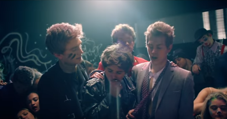 #GameOfThrones' Maisie Williams stars in @thevampsband's new video #RestYourLove #WakeUphttp://trib.al/3RlCWHG https://t.co/P2fERsg2Cq