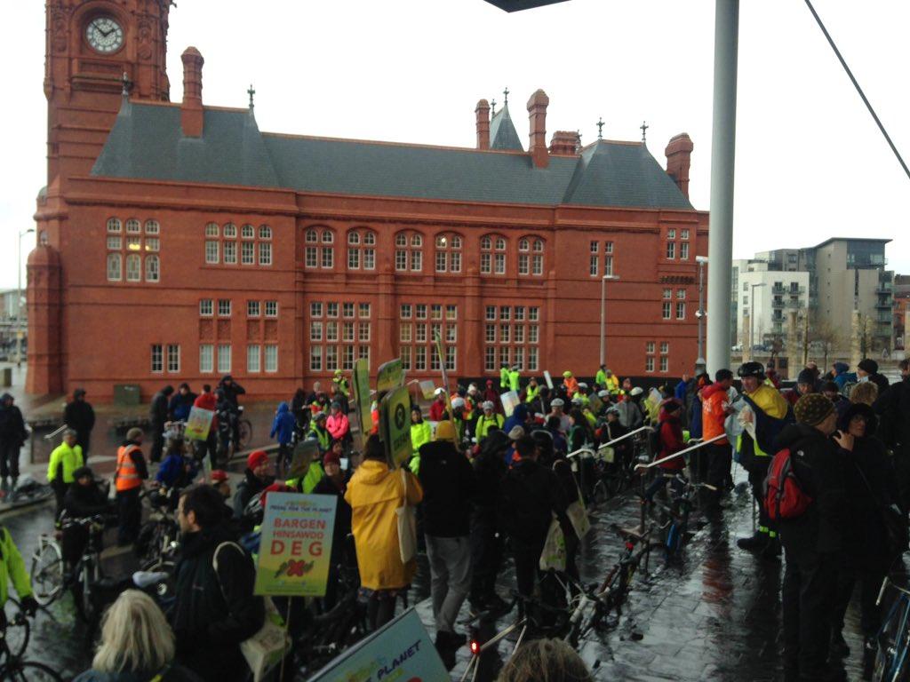 Ma'r dorf yn ymgynnull! Crowd is gathering! #FairClimateDeal https://t.co/iCdPHHPwR2