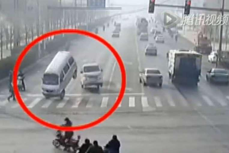 Mistero in Cina: Video Incredibile di Auto che si sollevano dalla strada