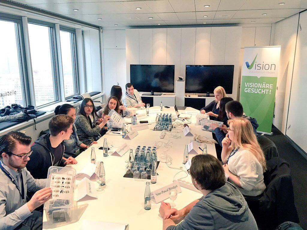 """Bescherung! Bei #vision15 gibt's IPhones. Wenn auch nur für den ganztägigen Workshop """"Mobile Reporting"""". https://t.co/DZLLnuelgd"""