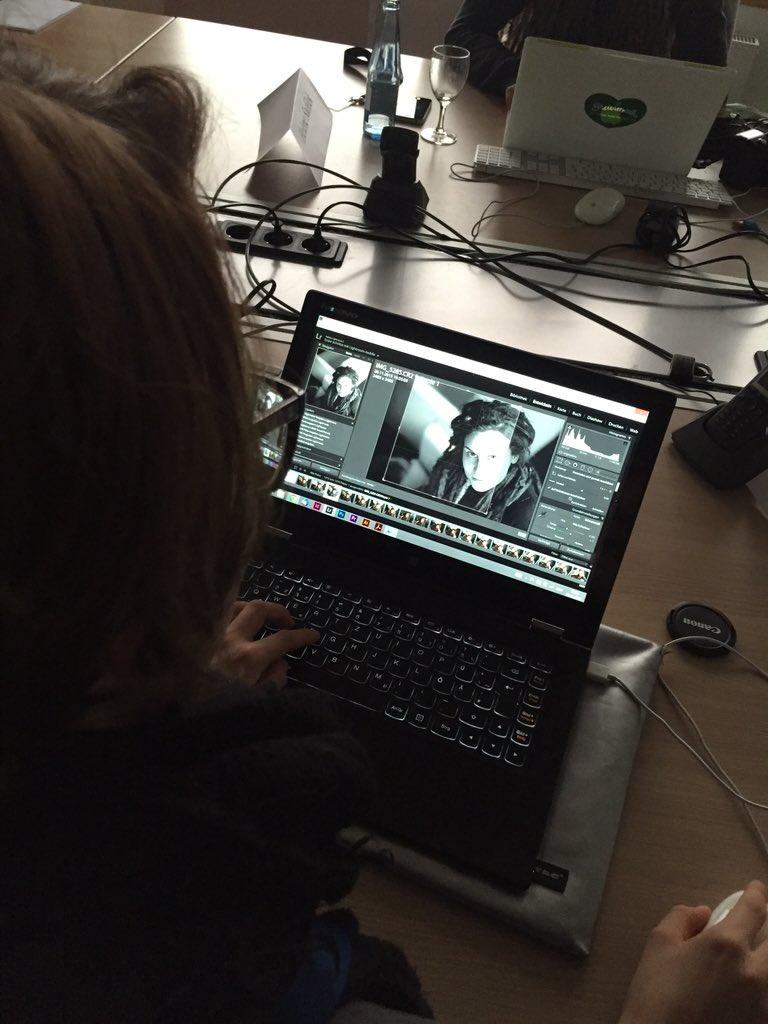"""""""Ein Klick auf Entwickeln"""". Mara bearbeitet Bilder im Foto-Workshop #vision15 https://t.co/MZafmCfjEY"""