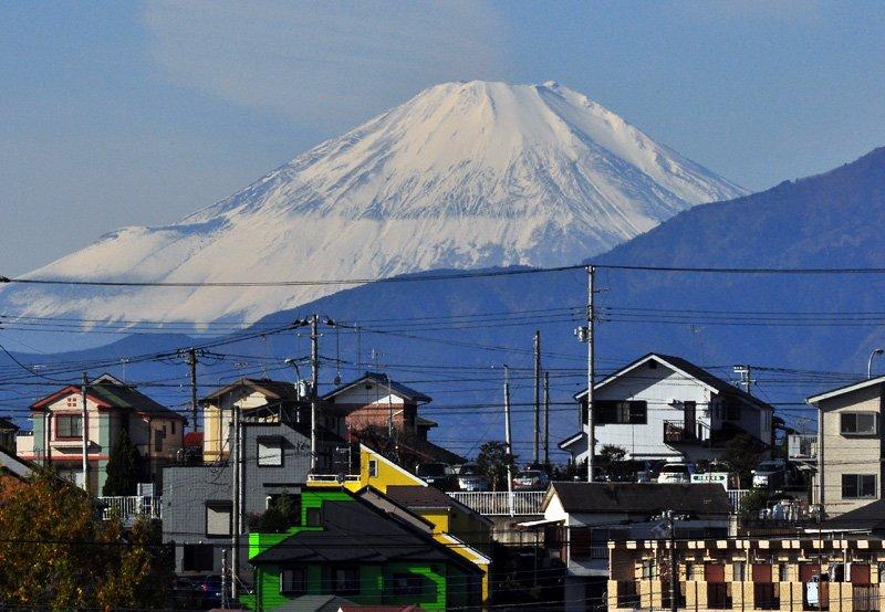 横浜から見た富士山の「横線」が気になります。理由はわかりませんが、現象だけまとめました。#富士山 https://t.co/CLHTJvFozJ https://t.co/HsjMha01Up