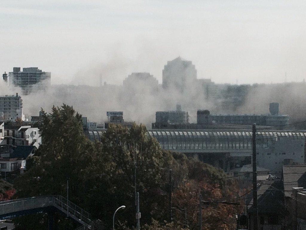 Fヨコでウチのそばの16号線が沿線の方火事で通行止めと言っていたので窓から見たら煙が凄かった。周辺大渋滞で動けやしない… https://t.co/ef9N8bo3MZ