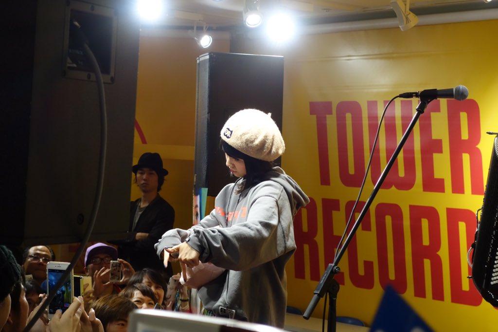 チャランポのインストア観てきた〜♪ヒップホップももちゃんwと小春さん。アコーディオンやっぱいいなー。 #チャランポランタン #タワレコアパレル https://t.co/r21A9QKV0i
