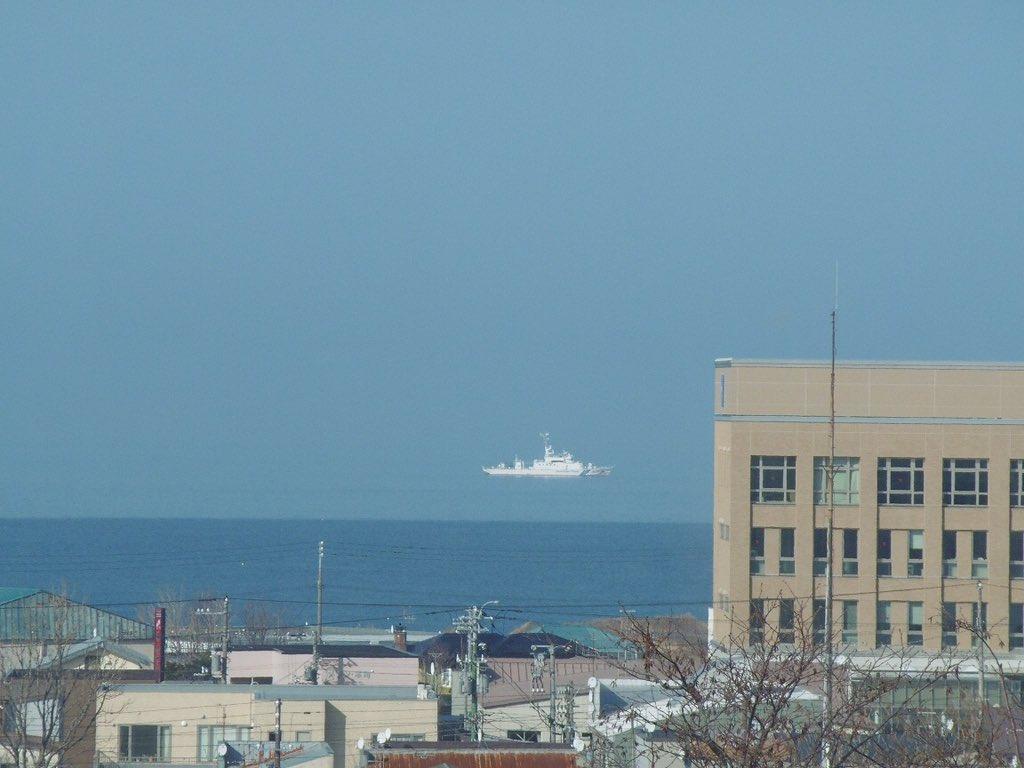 今日は根室で蜃気楼が見えたよ。海上保安庁の船が浮いてるね。 pic.twitter.com/NQsXG5hy7G