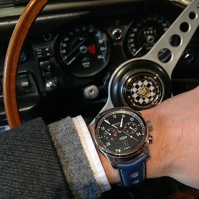 The #Bremont @Jaguar MKII pictured by @ablogtowatch behind the wheel of a vintage Jaguar E-Type #MyBremont https://t.co/4at1gVNfuF