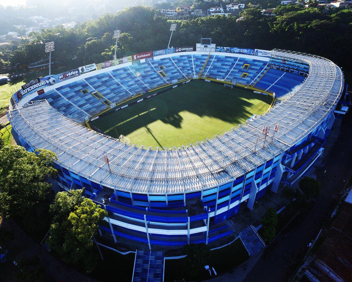 Estadio Cuscatlan es pintado de azul y blanco. CUBY42cUwAA_ILy