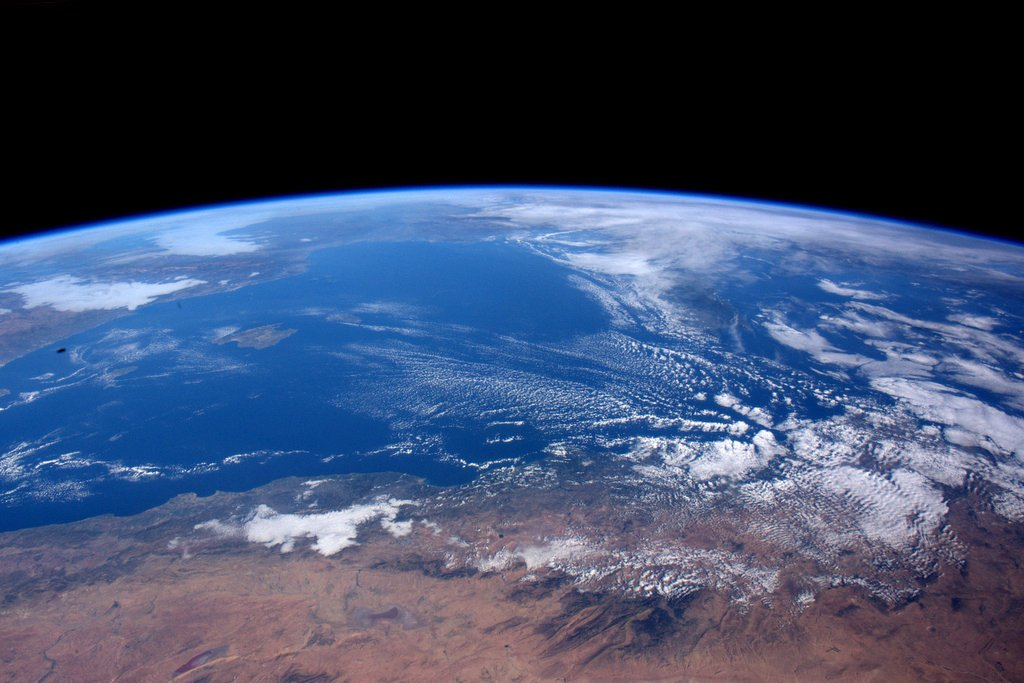 Mediterranean Sea) アフリカ側から見た地中海です。地球には様々な美しい景色があって、見ているだけで、心が清められます。でも、平日は時間が取れないんですよね。規定の仕事が終わると、つい追加の仕事を始めてしまいます。 pic.twitter.com/r3JVnk4vBn
