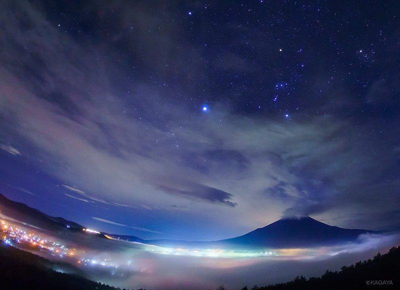 深い霧を抜けて高台に出ると、街の灯で色づく雲海がまるで光の河のようでした。雲の上には冬の大三角。中央一番明るい星がシリウス。その右にオリオンが写っています(本日未明撮影) pic.twitter.com/CSputppPpL