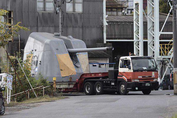 【超重量輸送】海上自衛隊艦船搭載の54口径127ミリ速射砲を運ぶトレーラー。上陸巨大生物を迎え撃つ「東宝自衛隊」を思わせる、そそる輸送シーンに萌! pic.twitter.com/A6vkx7dEmD