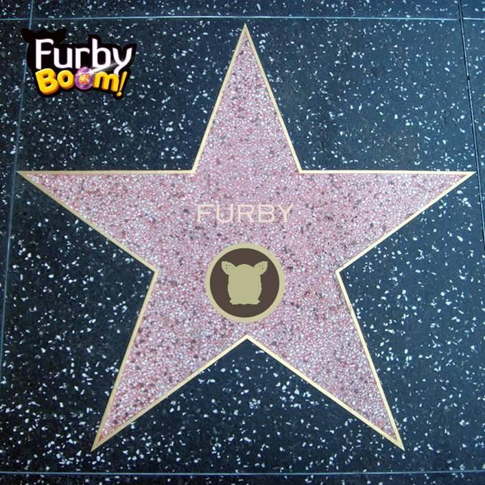 #FurbyBoom brilla tanto  que ya es una estrella del Paseo de la fama  #Hollywood ¿Cuál es vuestra estrella favorita? https://t.co/qpTJfgG10o