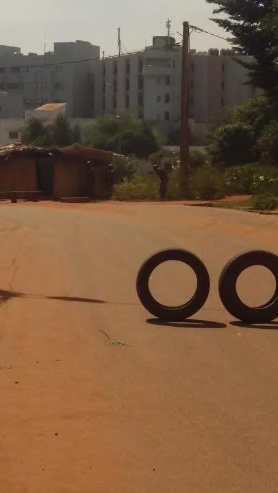 Les policiers on mis en place des barrages de fortune sur les routes d'accès à l'hôtel #Radisson #Bamako #Mali https://t.co/l4rDmskek1