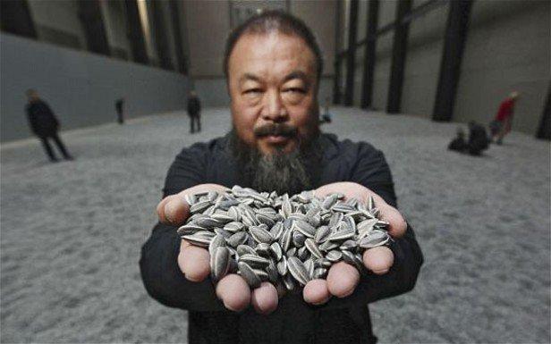 Foto Ai Weiwei alla Tate Modern di Londra con i suoi semi di girasole