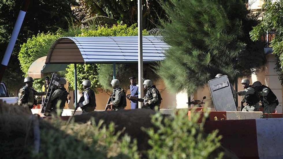 Una veintena de muertos en el asalto con 170 rehenes a un hotel de la capital de Mali.