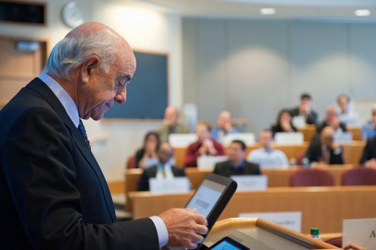Francisco González presenta  la transformación digital de BBVA en la Harvard Business School https://t.co/fykwIjvrm5 https://t.co/vyA907JAlW