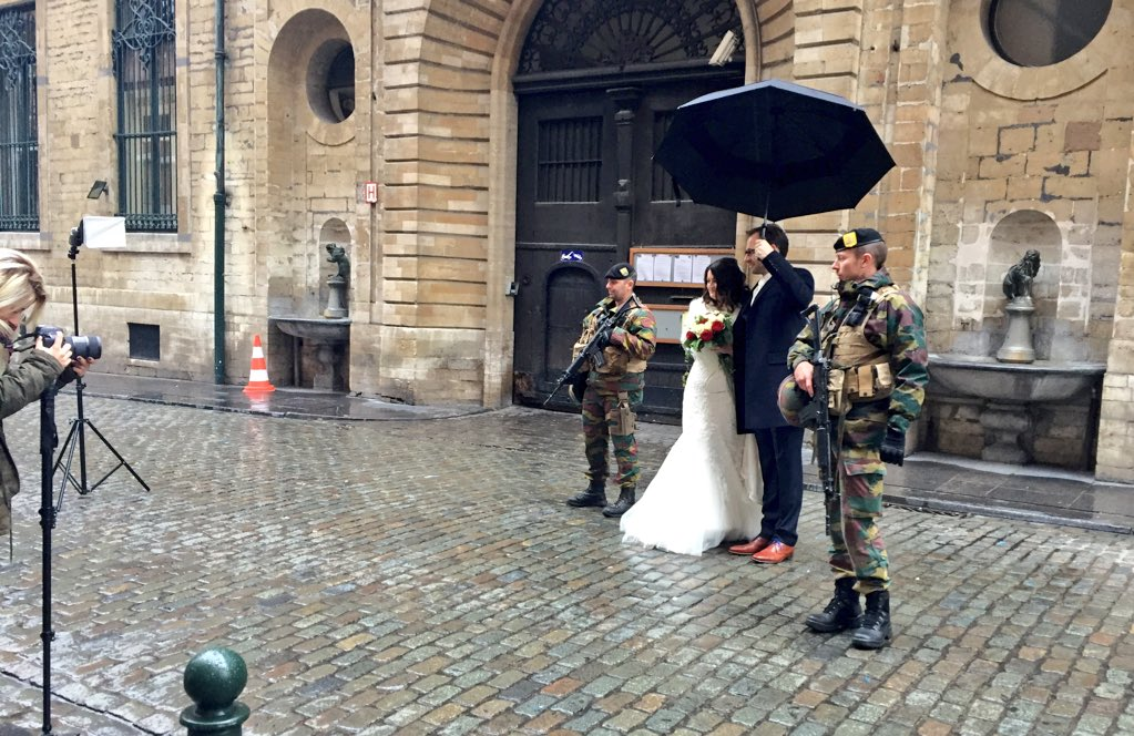 Couple just got married under threat level 4 #Brussels, 'explosive' marriage [pic@JorisMarseille] https://t.co/BC5jPMEi1G