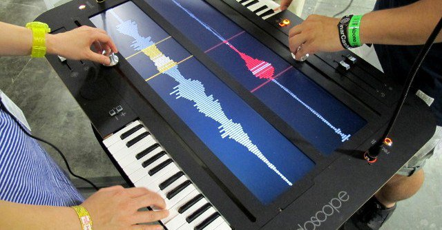 The Collidoscope Synthesizer – A Collaborative 'Musical Microscope' » Synthtopia :  http:// bit.ly/1lBvD25     <br>http://pic.twitter.com/iXWyhkYDVB