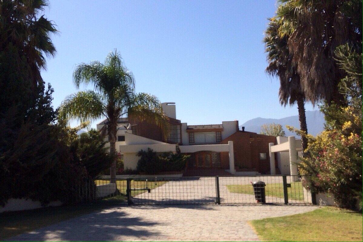 """La """"pequeña casita"""" del ex Pdte de la ANFP en La Calera. Una de las tantas propiedades de su imperio inmobiliario. https://t.co/A7sGLZvu6z"""