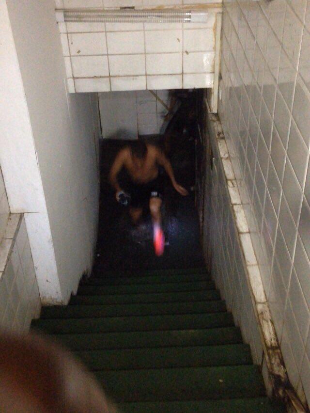 Jogadores do Santos pulando as poças (reclamam do mau cheiro da água) pra chegar ao gramado de São Januário
