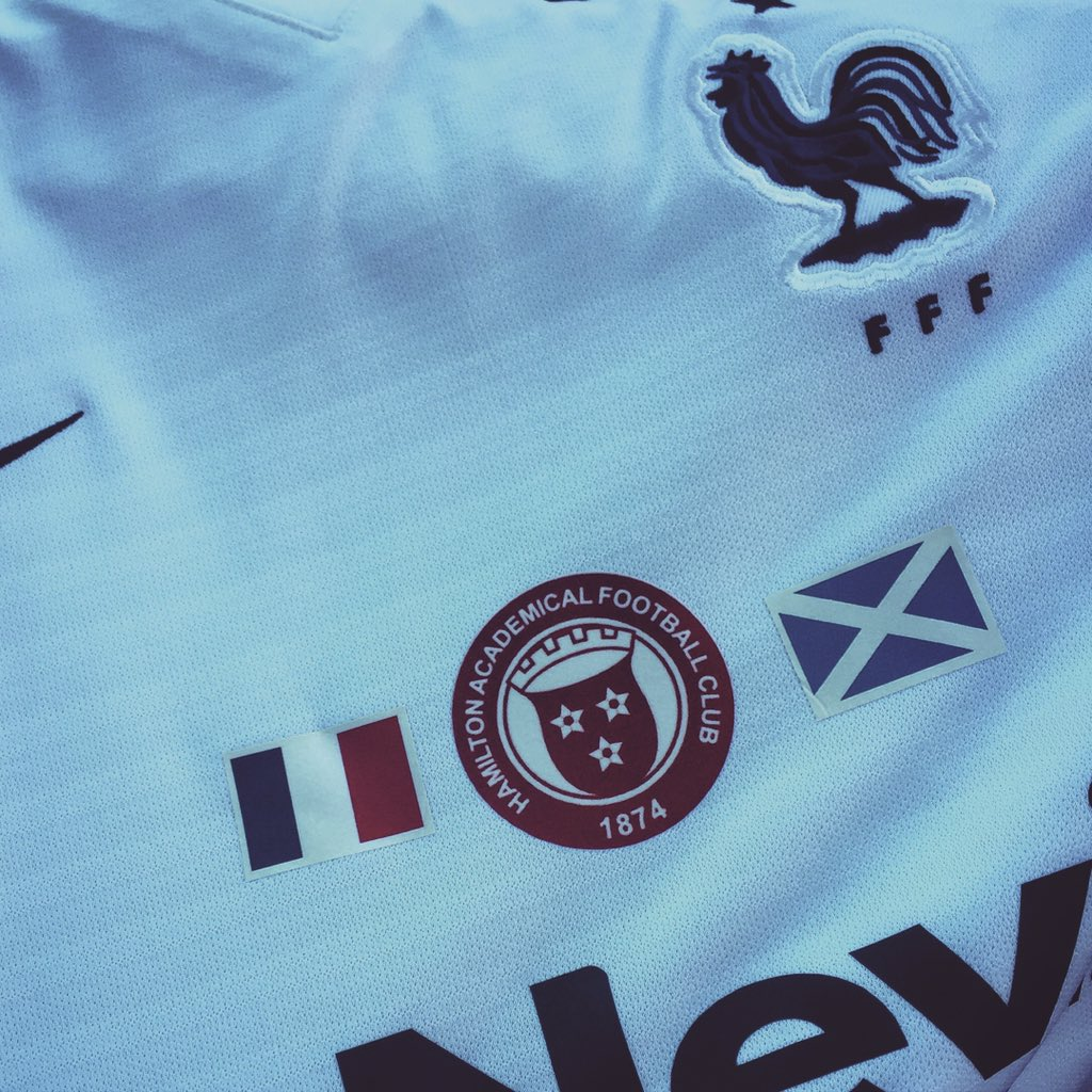 The strip @acciesfc will wear today to show solidarity with France. The shirts will be sent to the 20 Ligue 1 clubs https://t.co/2kfC1E668v