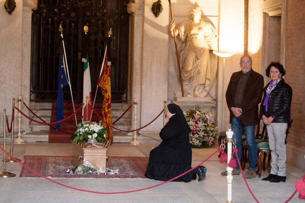 Funerali civili e di Stato di Valeria Solesin in diretta streaming Rai Oggi 24 novembre.