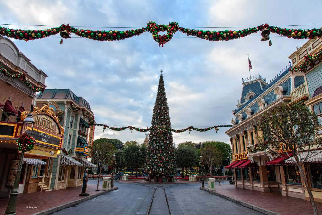 It's the most wonderful time of the year! #DisneyHolidays https://t.co/Aktwh3UG5X