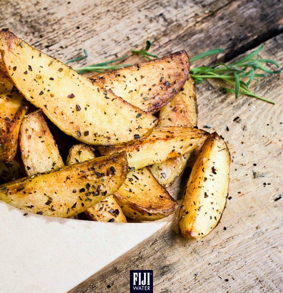 將普通薯條換成大頭菜「薯」條,飲食更健康!Replace potato fries with turnips for a healthy alternative! #EarthsFinest #FIJIWater https://t.co/KCpzVYCA7o