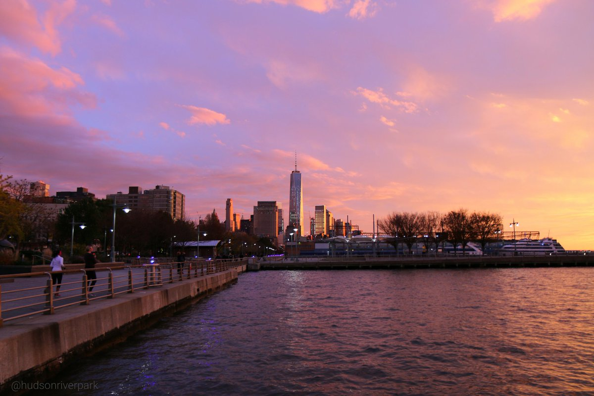 An incredible sunset in #NYC this evening. Share your pictures using #HudsonRiverPark https://t.co/h3bBxB8upa